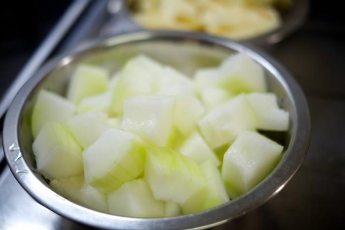 一口サイズに切った冬瓜。切り口が白くて綺麗
