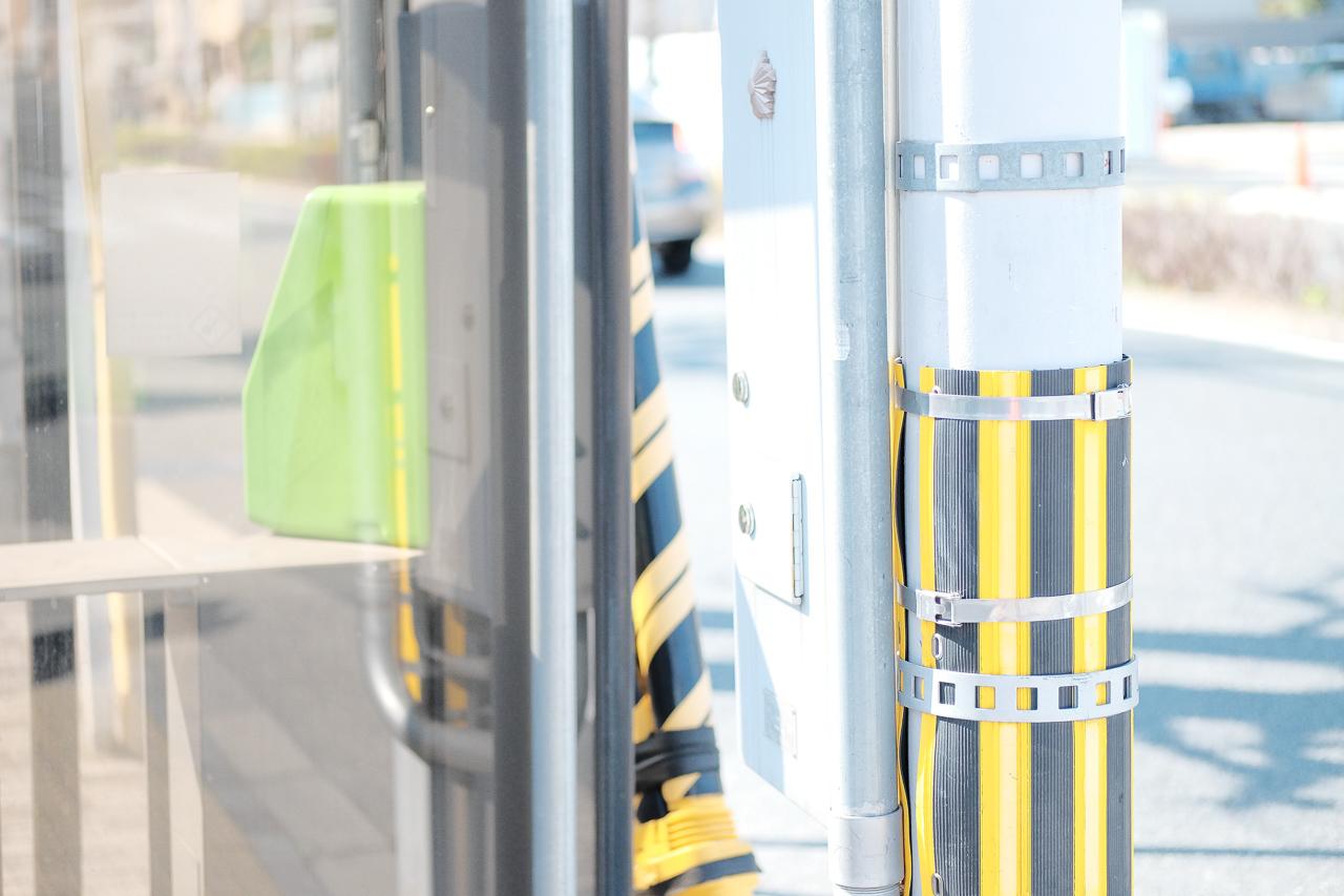 電柱と電話ボックス