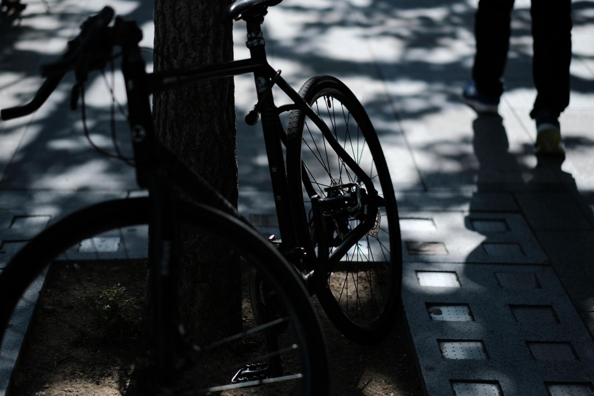 自転車と街を歩く人影