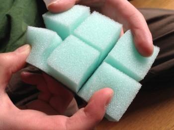スポンジを3センチ角のブロックに切り分ける